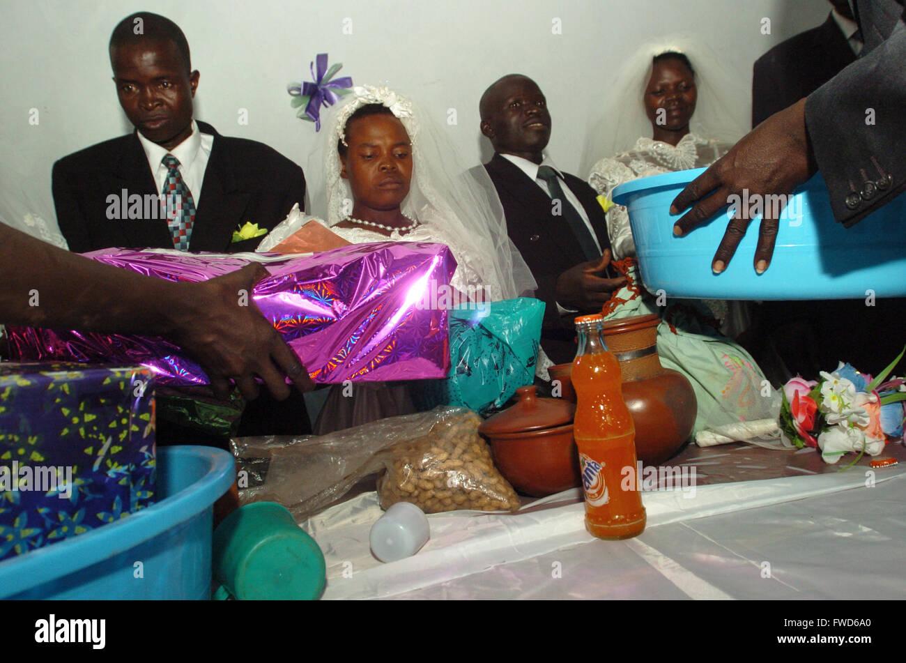 Lacekocot Pader En Ouganda Famille Et Amis Se Réunissent