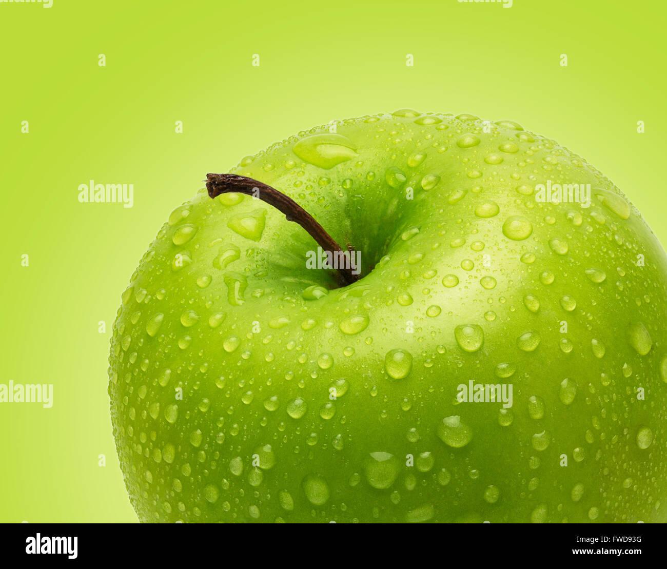 Pomme verte fraîche parfait isolé sur fond vert dans toute la profondeur de champ avec chemin de détourage. Photo Stock