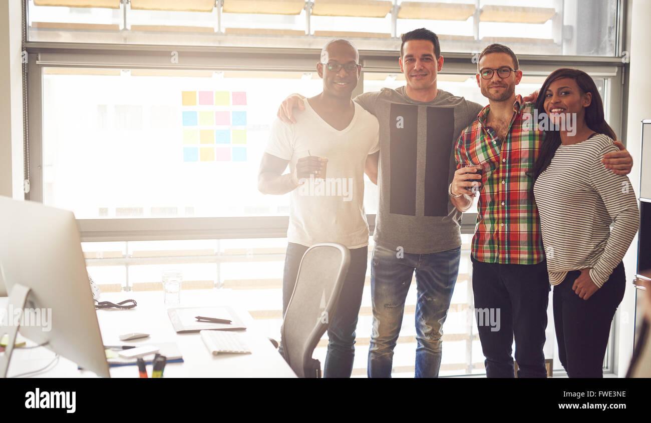 Groupe de quatre blancs et hispaniques, noirs adultes heureux de porter des vêtements décontractés Photo Stock