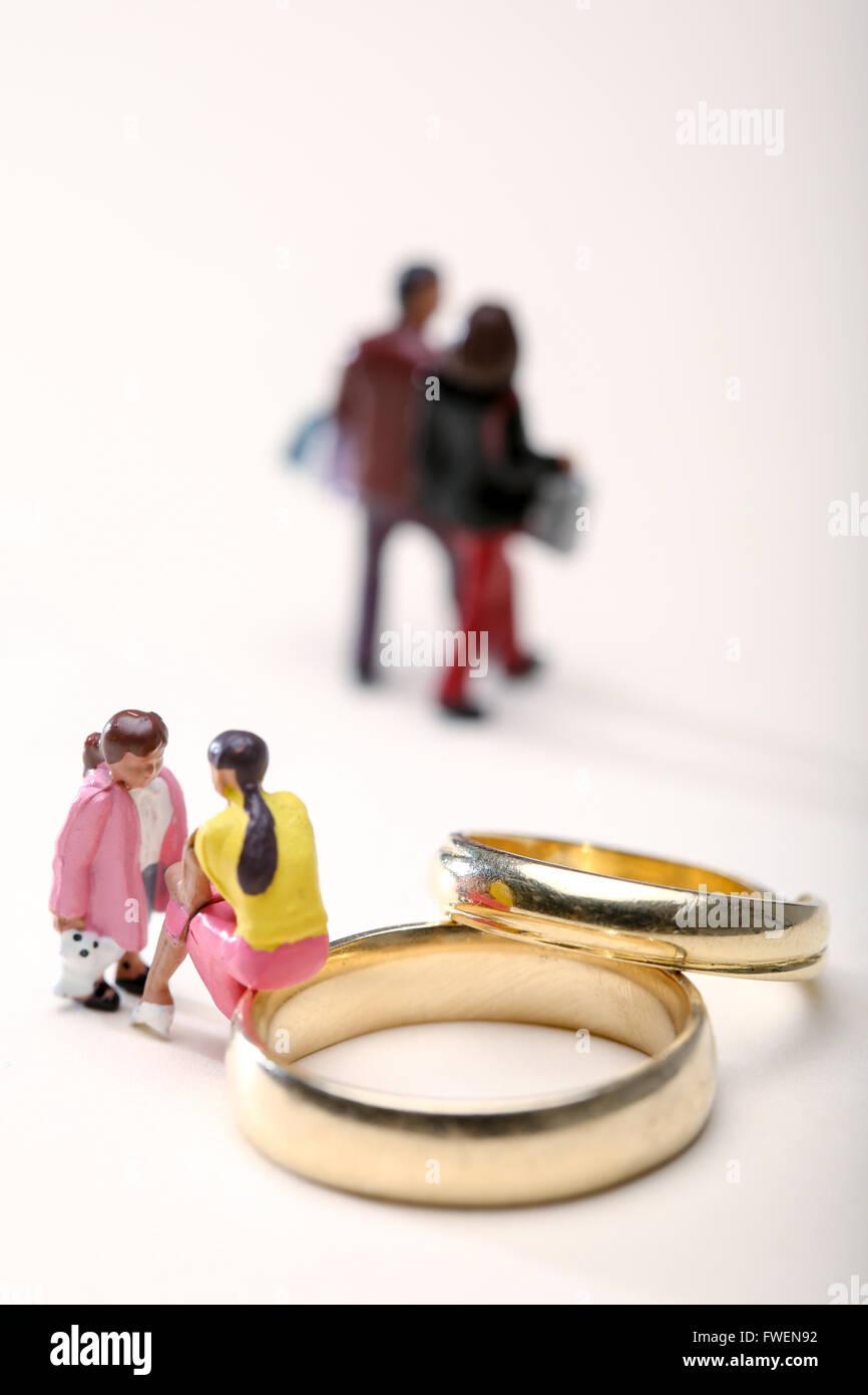 Notion de droit d'une femme assis sur les anneaux de mariage de parler à un enfant pour illustrer les effets du divorce sur les enfants Banque D'Images