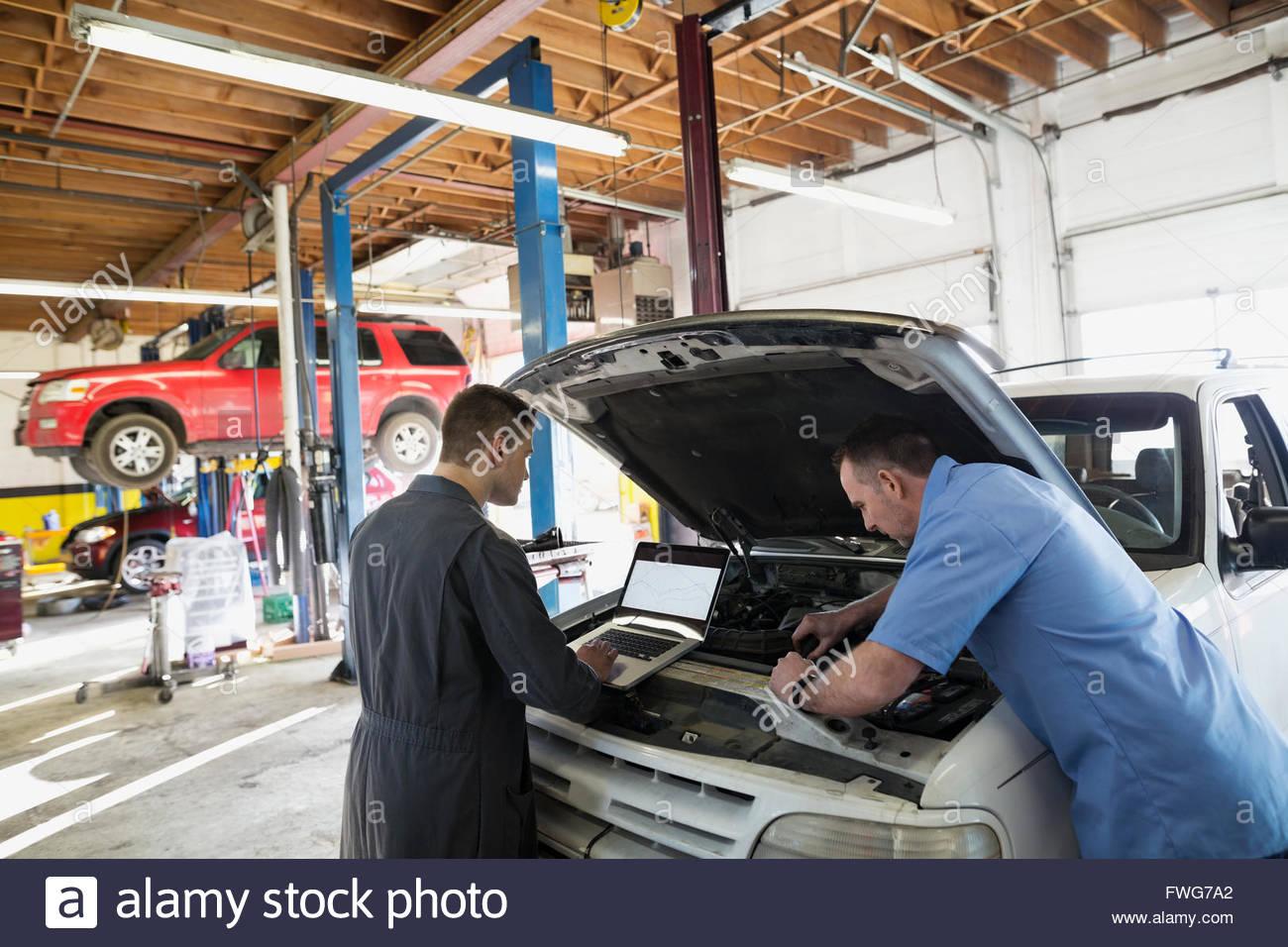 Mécanique avec coffre d'effectuer le diagnostic du moteur Photo Stock
