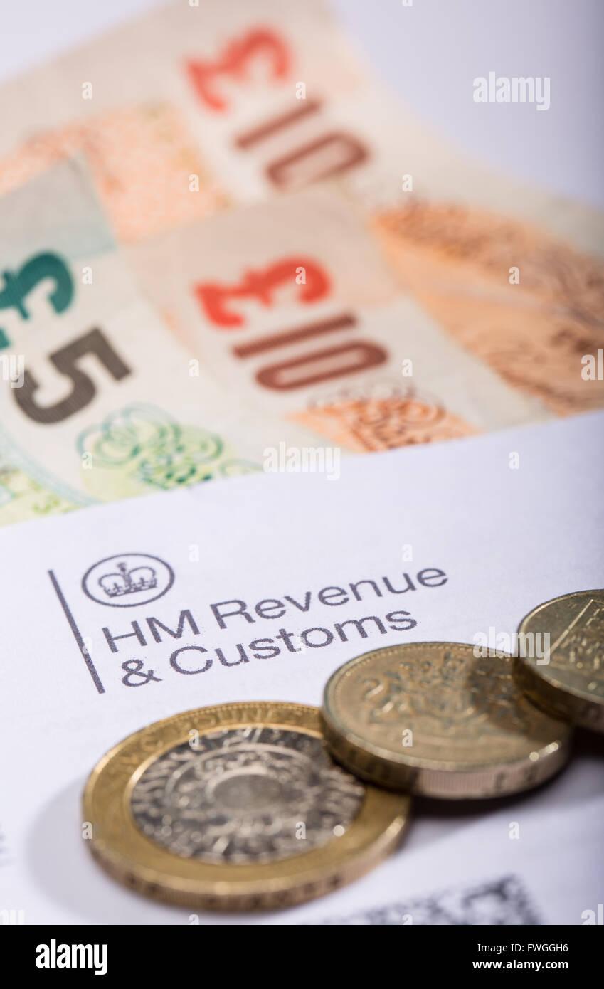 Lettre d'impôt du revenu de l'intérieur avec de l'argent Photo Stock