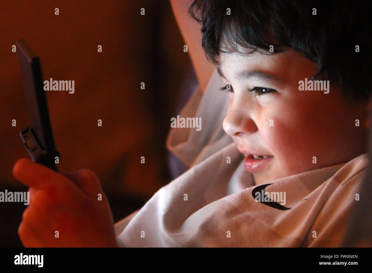 Jeune garçon jouant de la console de l'ordinateur Banque D'Images