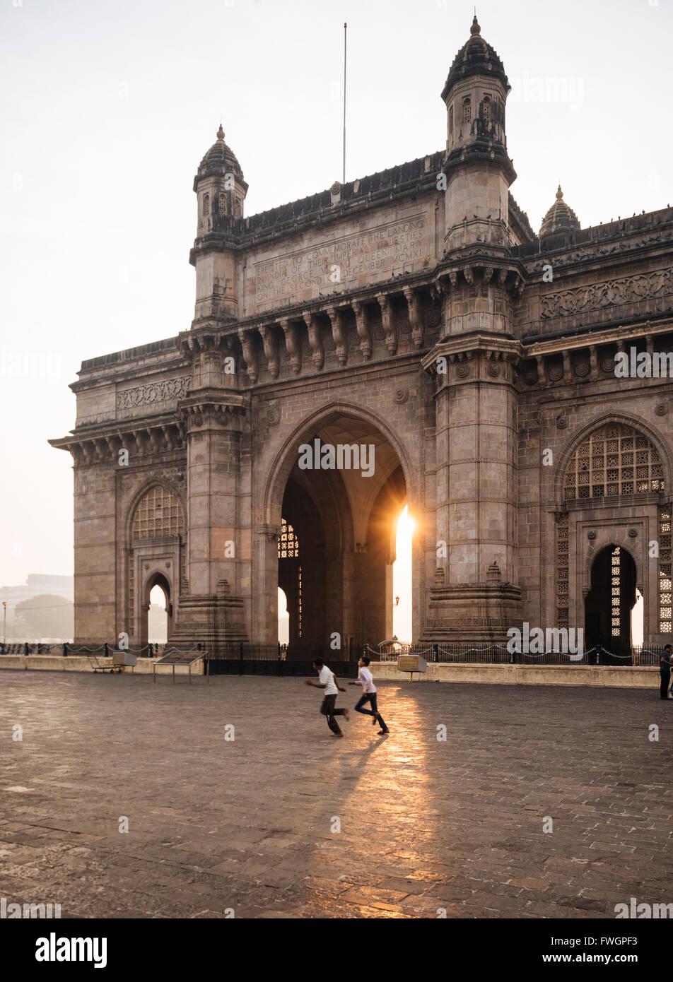 Lever du soleil derrière la porte de l'Inde, Mumbai (Bombay), en Inde, en Asie du Sud Photo Stock