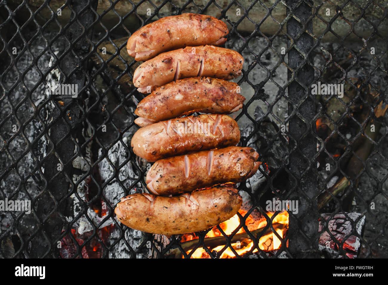 Saucisse traditionnelle suisse cervelat sur le grill. Photo Stock