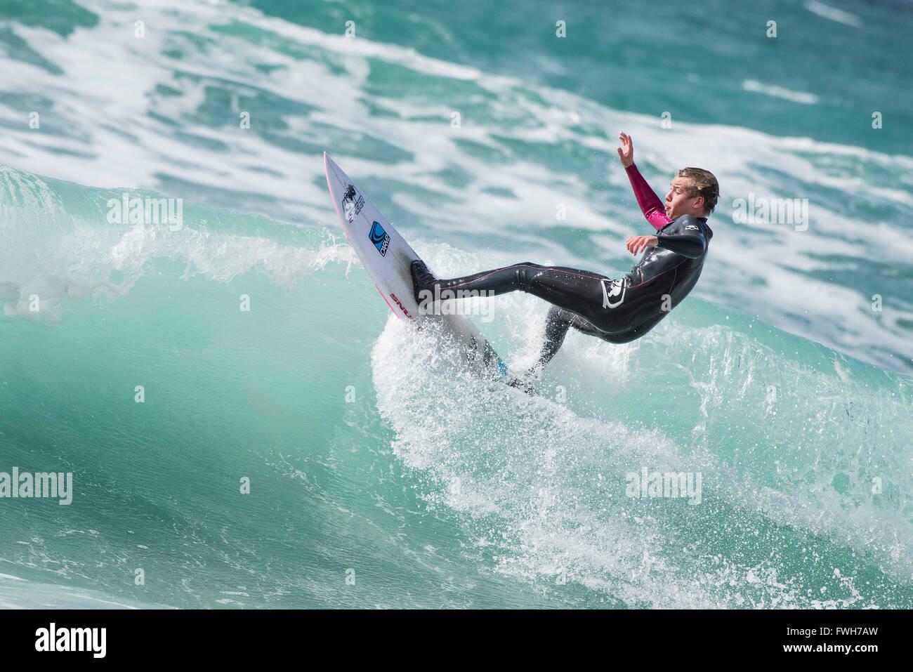 La plage de Fistral, Newquay, Cornwall, le 5 avril 2016. Météo France: un surfeur local bénéficie Photo Stock