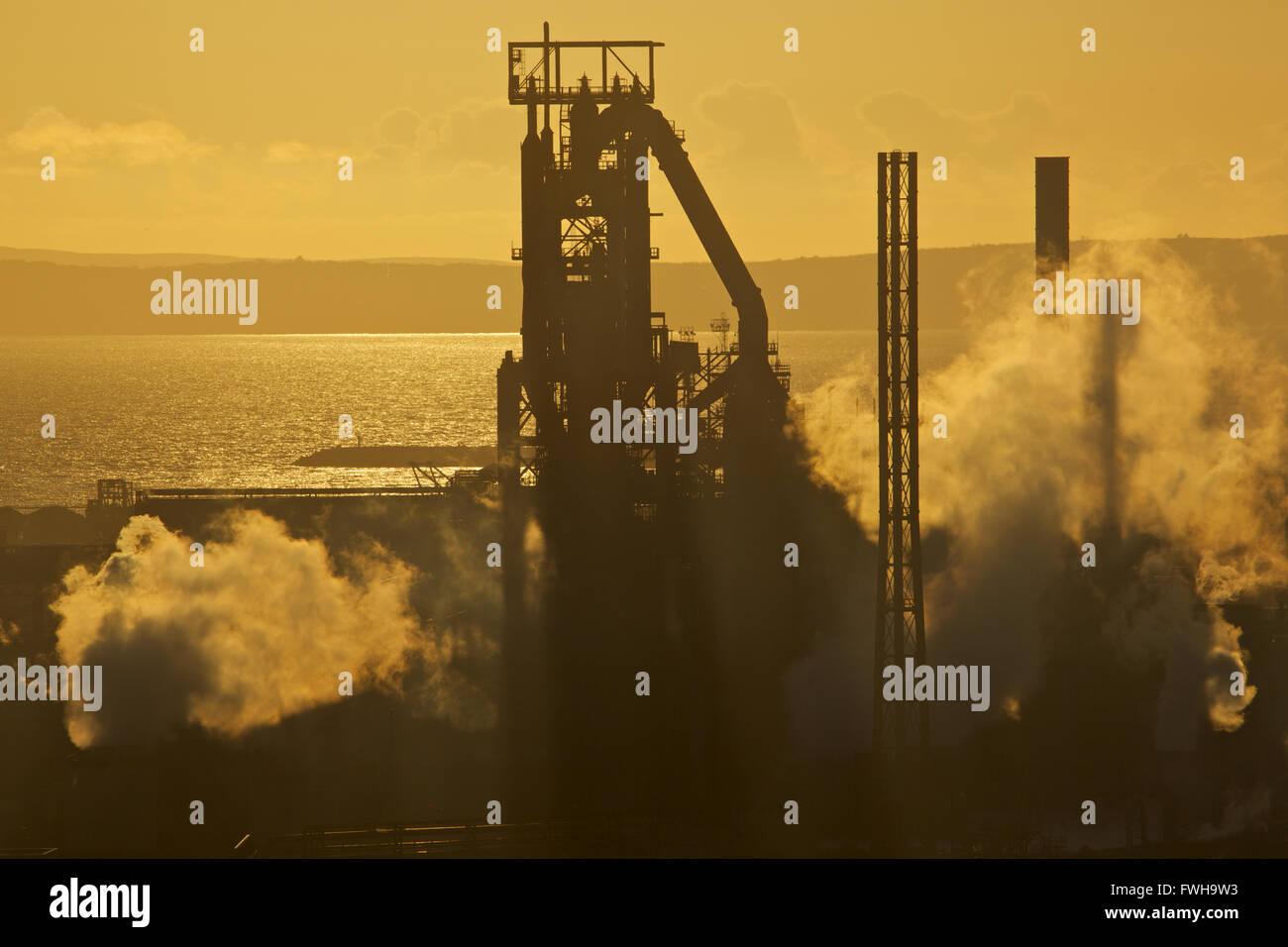 Tata Steel works, Port Talbot, Pays de Galles, Royaume-Uni. 5 avril 2016. Au fil des pavés soleil Tata Steel works, Port Talbot, un jour que le gouvernement britannique est hopefull qu'un acheteur est trouvé pour la menacé steel works. Plus de 4 000 emplois sont menacés après Tata Steel a annoncé son intention de vendre la semaine dernière, c'est travail acier sites à travers le Royaume-Uni. Credit: Haydn Denman/Alamy Live News Banque D'Images