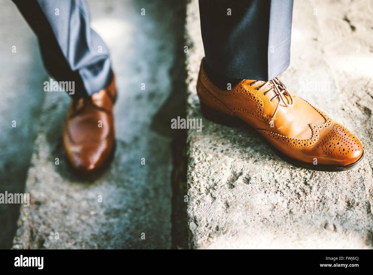 La section basse de l'homme avec Chaussures Richelieus debout sur mesures Photo Stock
