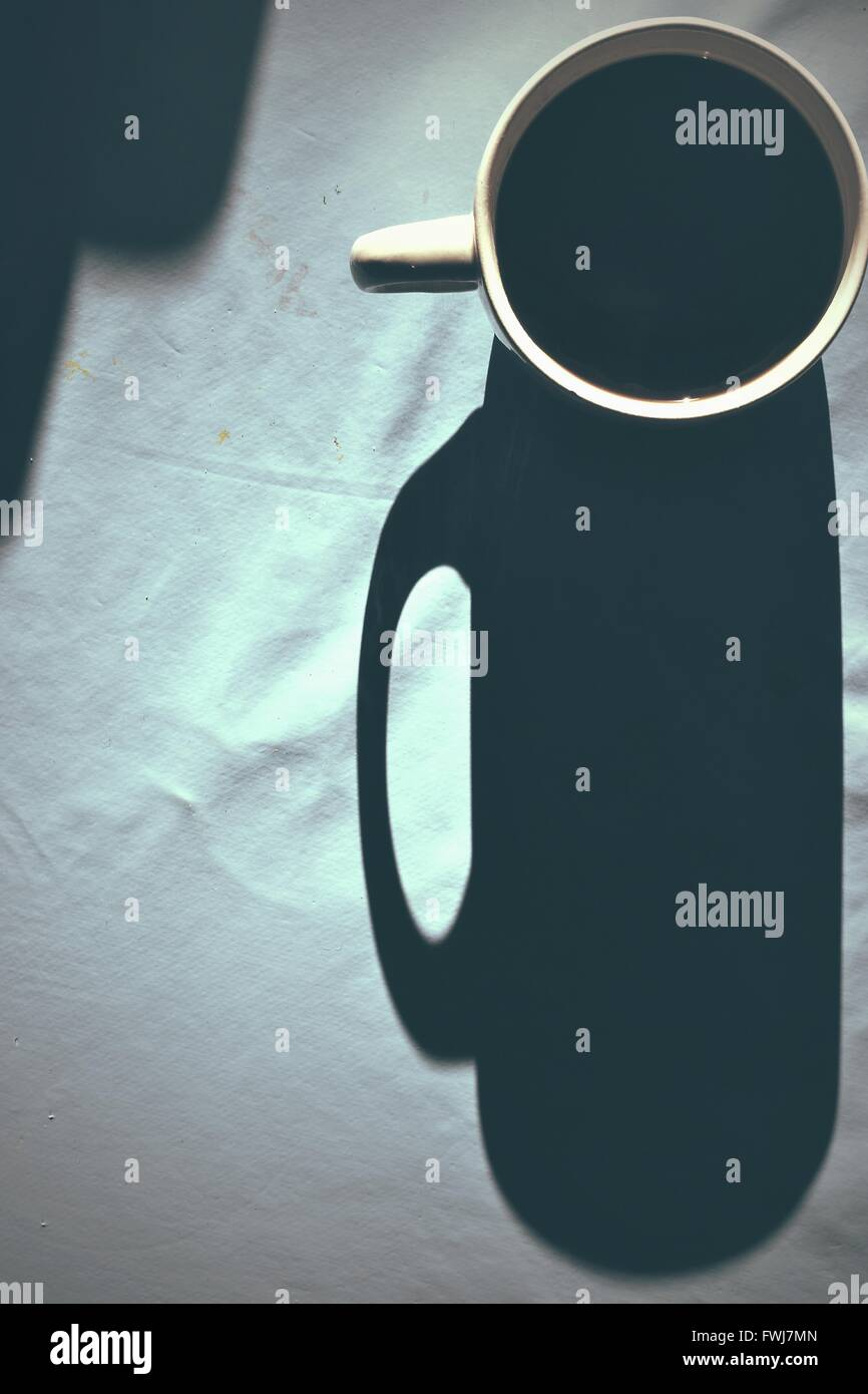 Tourné directement au-dessus de l'ombre la tasse de café Photo Stock