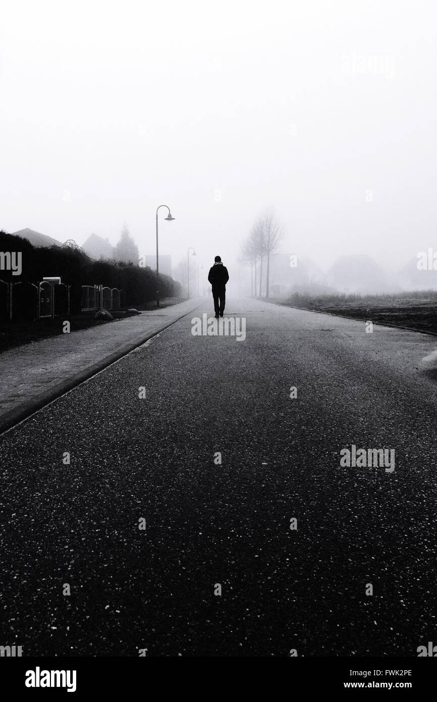 Personne Silhouette marche sur route Photo Stock