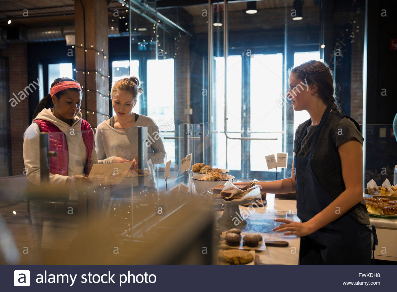 Travailleur de boulangerie en attente de clients de commander Photo Stock