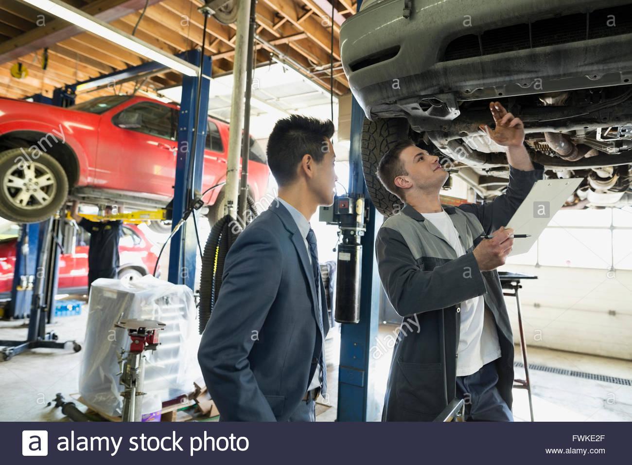 Mécanicien et le client dans le cadre de location auto repair shop Photo Stock