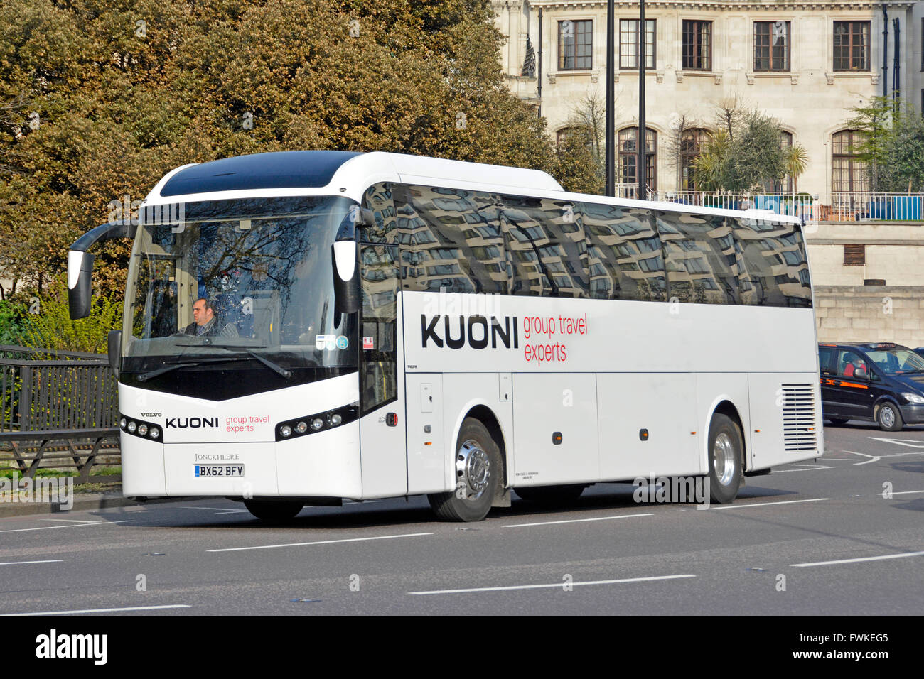 Chauffeur & groupe Kuoni Travel holiday tour company Volvo coach en voiture sur Park Lane London England UK Photo Stock