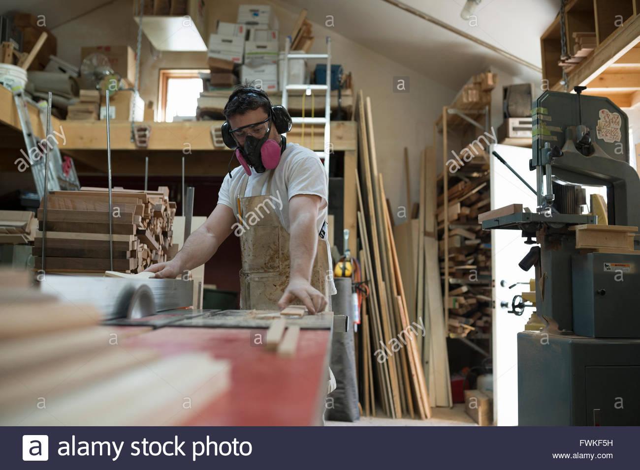 Carpenter wearing masque de protection en atelier Photo Stock