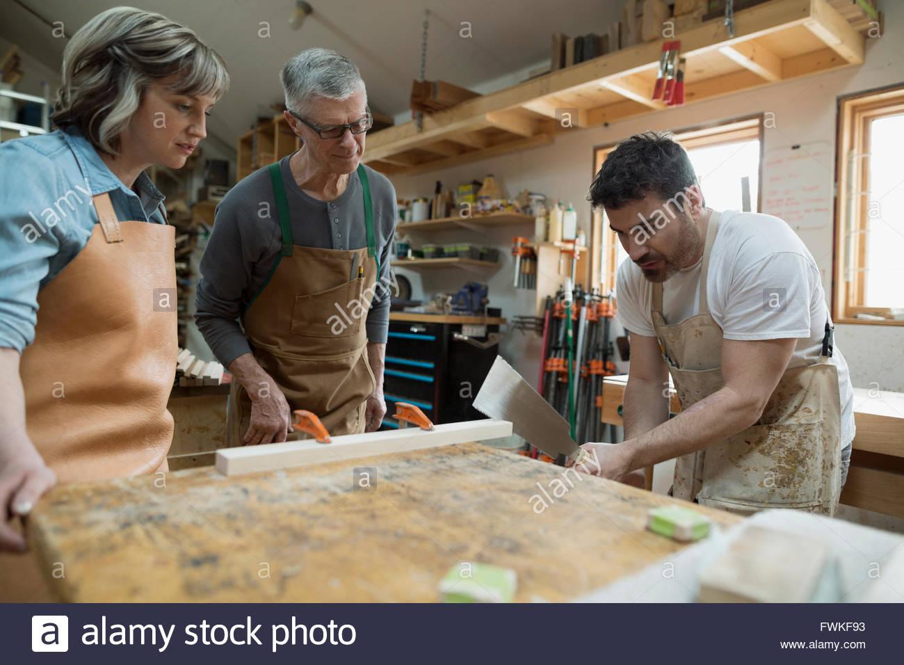 Charpentiers travaillant en atelier Photo Stock