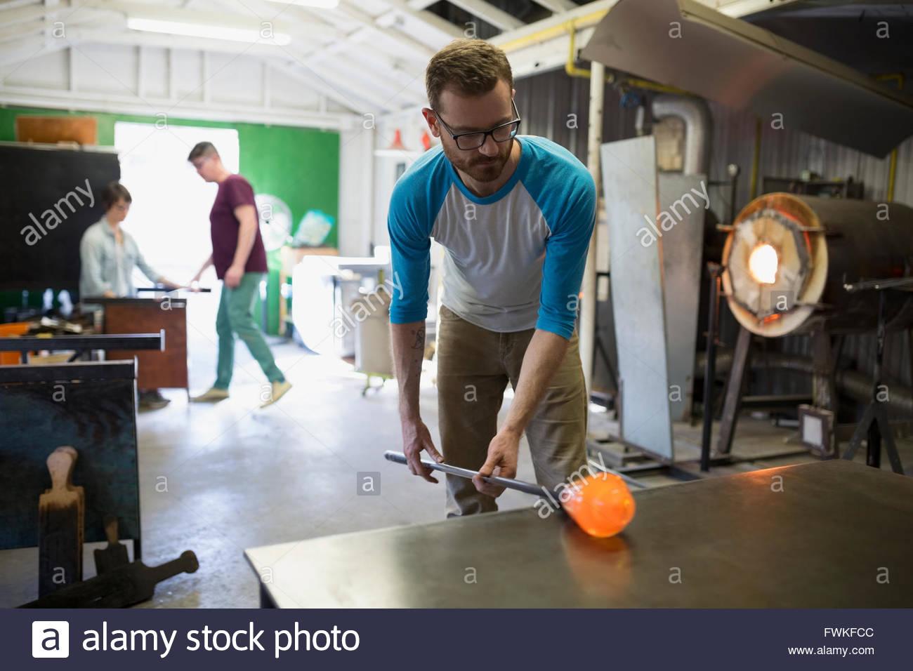 Matériel roulant souffleur de verre en fusion dans l'atelier Photo Stock