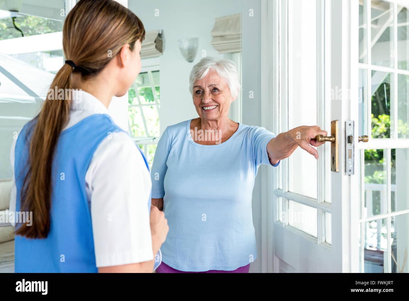 Femme d'âge heureux infirmière permanent Photo Stock