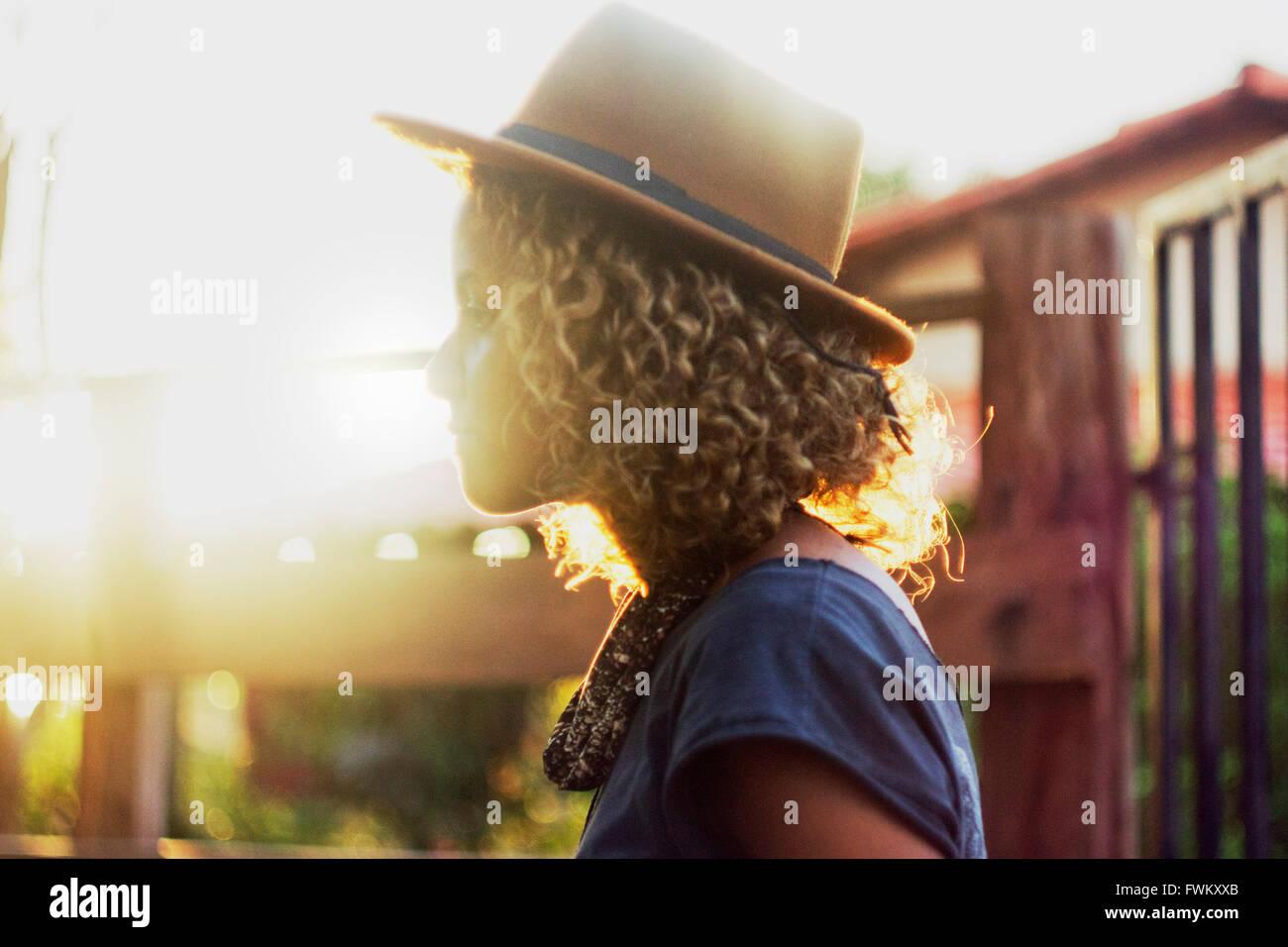 Vue latérale du Woman Wearing Hat Photo Stock