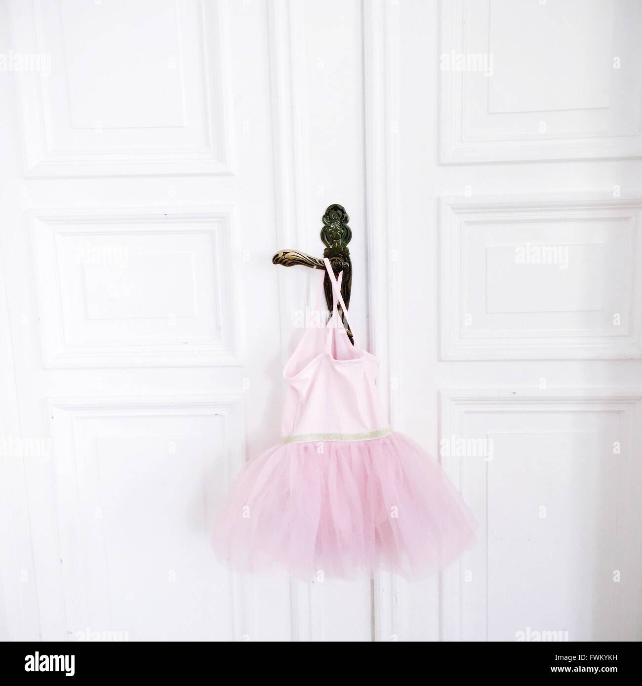 Tutu rose accroché sur la poignée de la porte Photo Stock