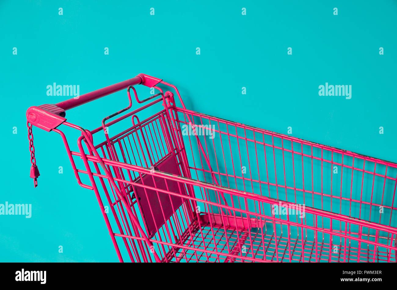 Panier rose contre l'arrière-plan de couleur Photo Stock