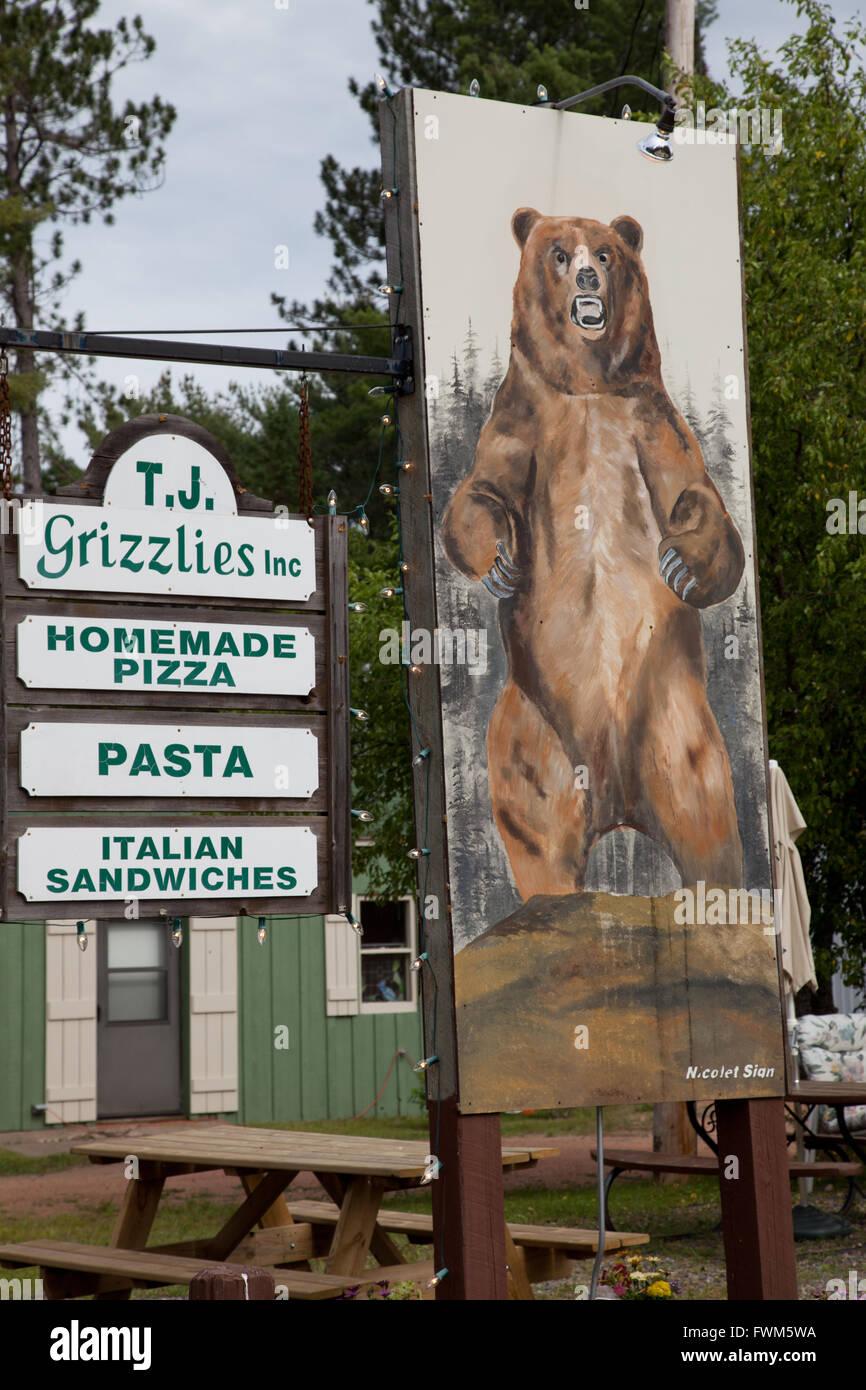 Signe de l'ours grizzli géant à l'extérieur d'un restaurant dans le Northwoods à Land O'Lakes, Wisconsin Banque D'Images