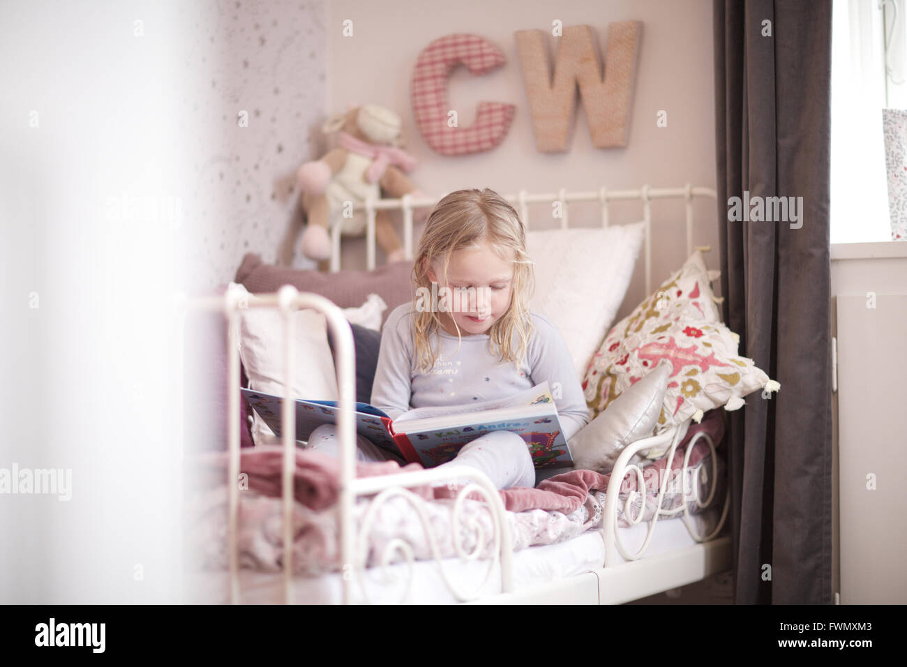 Little girl reading storybook. focus, kid, l'apprentissage, lire. Photo Stock