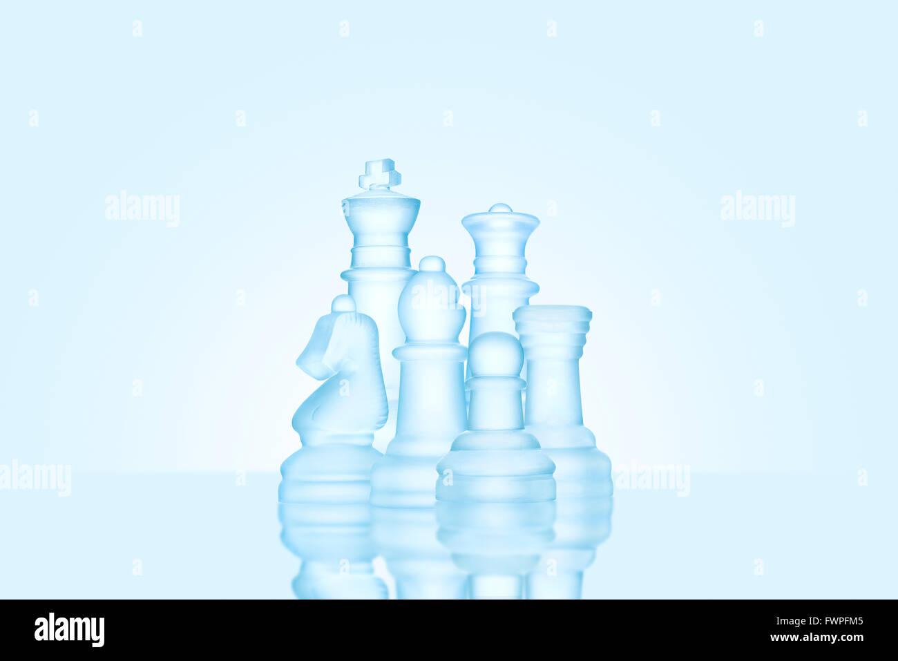 Stratégie et concept de leadership; les chiffres d'échecs dépoli fait de glace, debout ensemble en famille prêt pour jeu. Banque D'Images