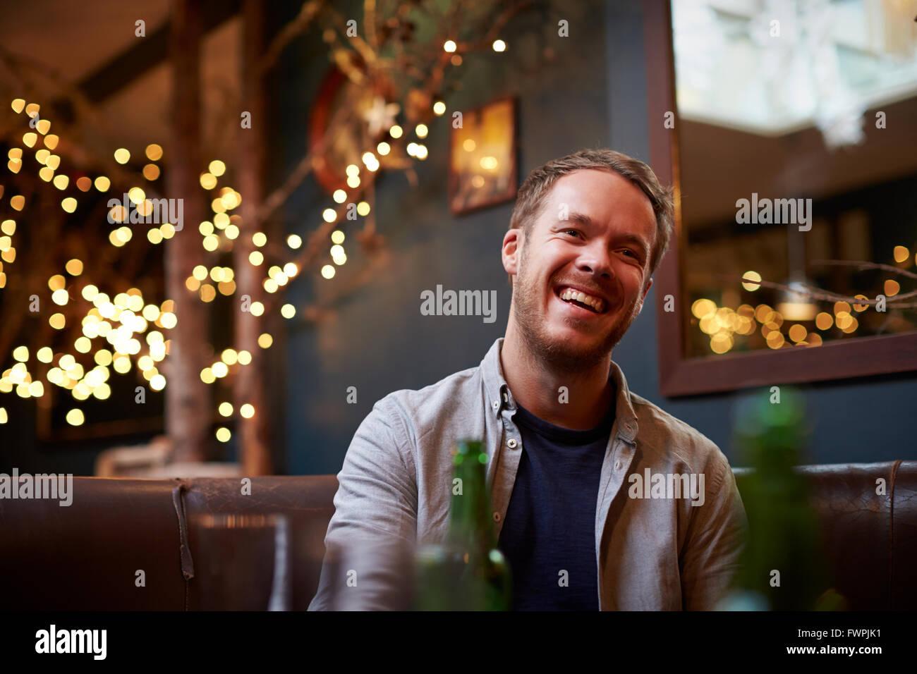 Jeune homme à l'intérieur relaxant Cafe Photo Stock