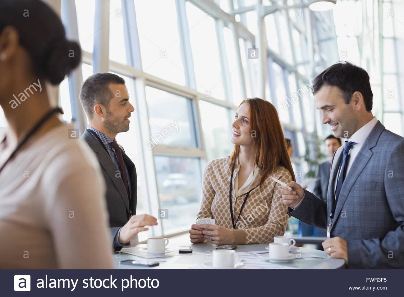 Les gens d'affaires Echange de cartes à la conférence Photo Stock