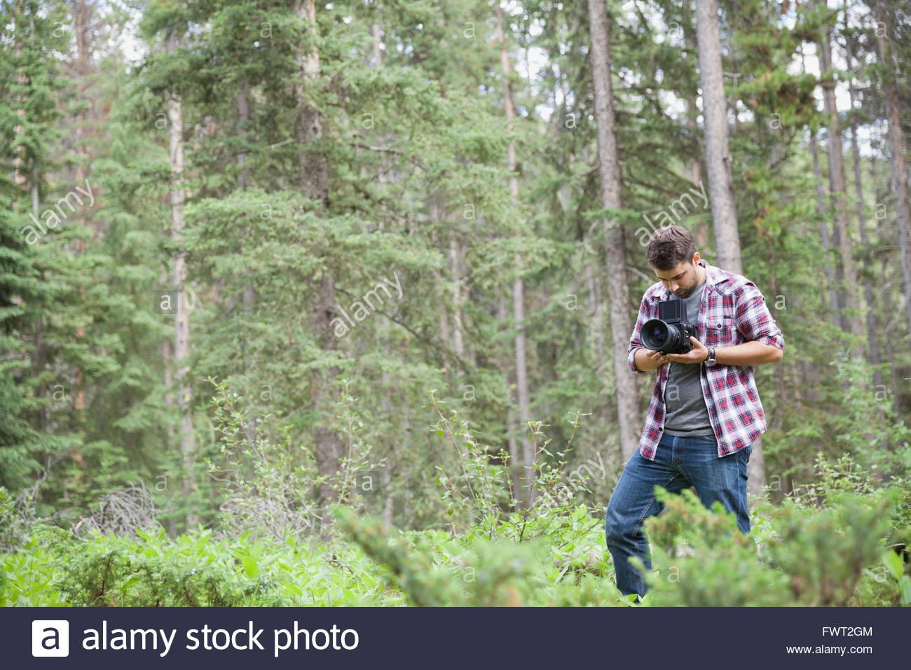 Photographe à l'aide d'un mâle à l'extérieur de l'appareil photo reflex Photo Stock
