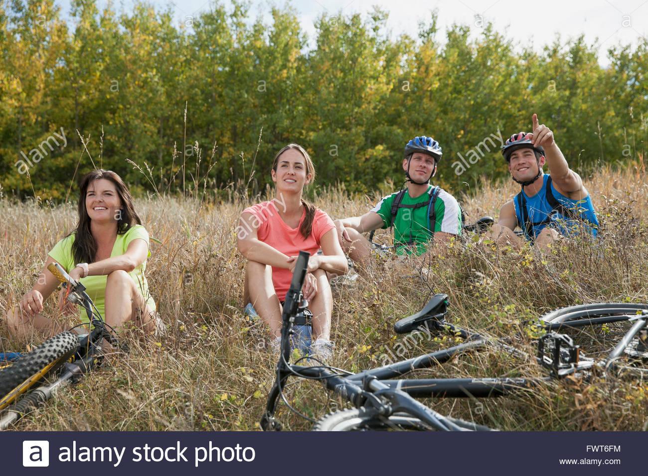 Quatre personnes dans la zone de détente avec des vélos. Photo Stock