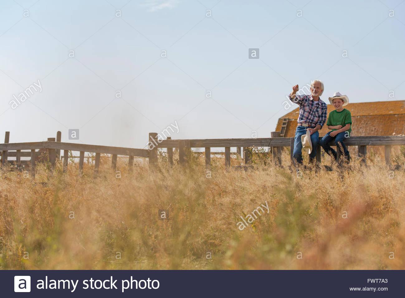 Grand-père faisant remarquer quelque chose dans la zone de petit-fils. Photo Stock