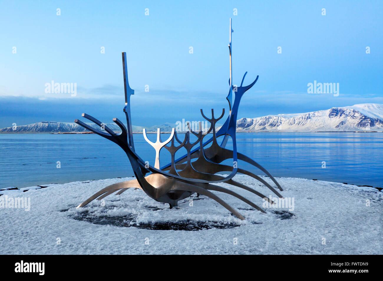 L'Solfar / Sun-craft / Sun voyager sculpture par Jón Gunnar Árnason à Saebraut en hiver, Reykjavik, Photo Stock
