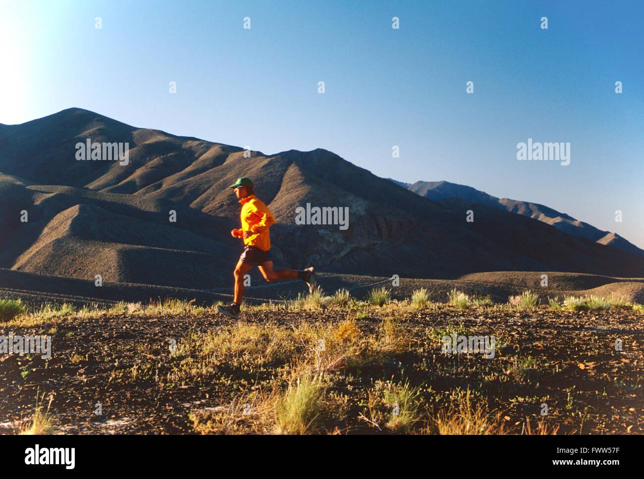 Fit young male athlete Trail Runner dans la Sierra Nevada, en Californie, foothills Photo Stock