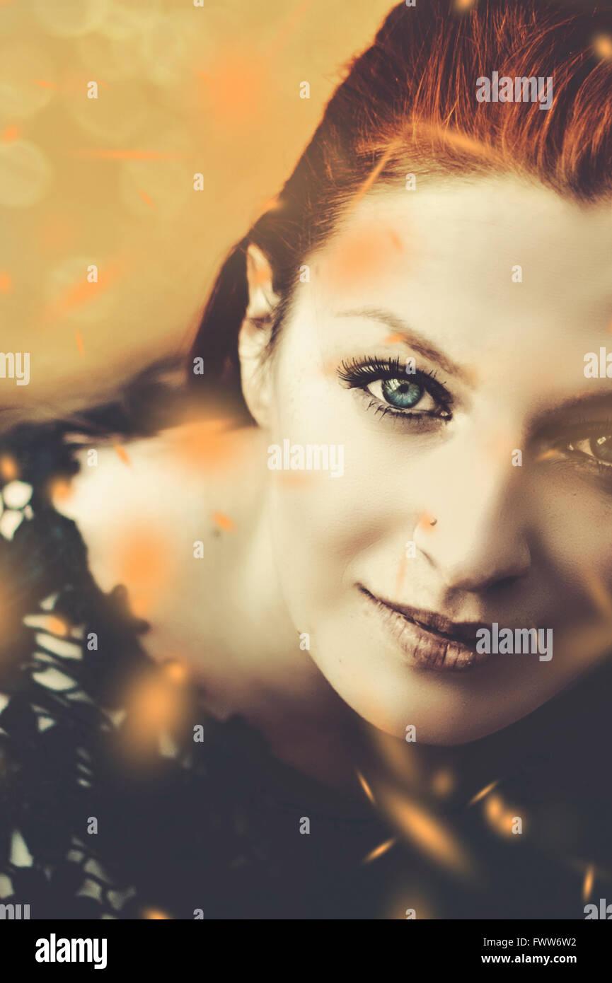 Portrait de la belle femme avec les feuilles qui tombent Banque D'Images