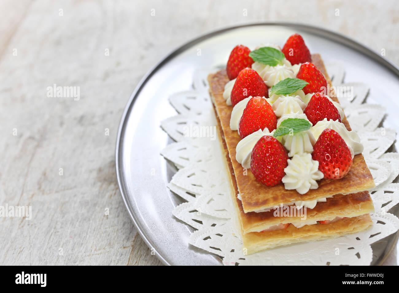 Mille feuille aux fraises fait maison, Napoléon pie, la pâtisserie française Photo Stock