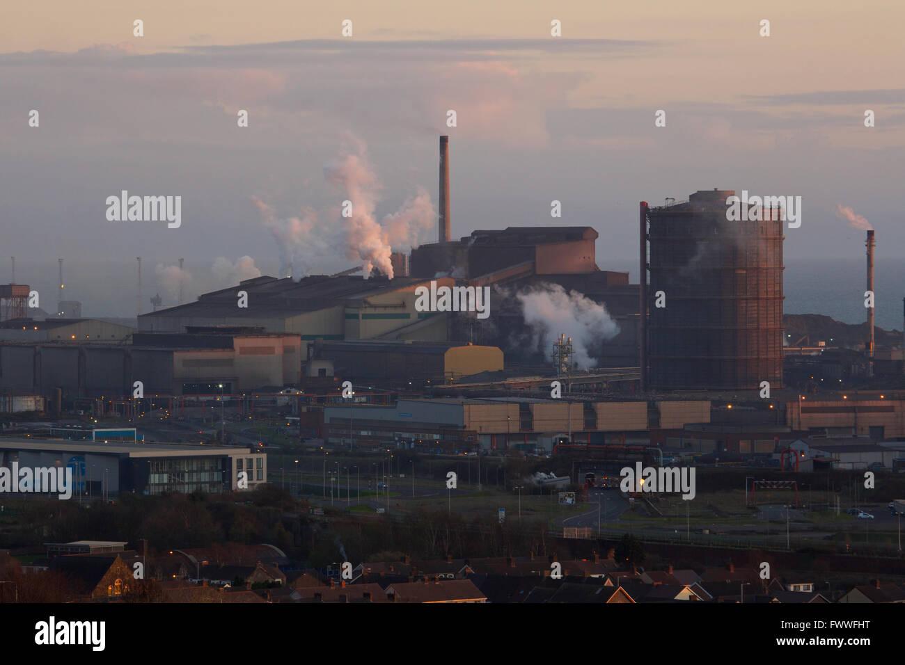 Tata Steel works, Port Talbot, Pays de Galles, Royaume-Uni. Setts Sun sur Tata Steel works, Port Talbot. Banque D'Images