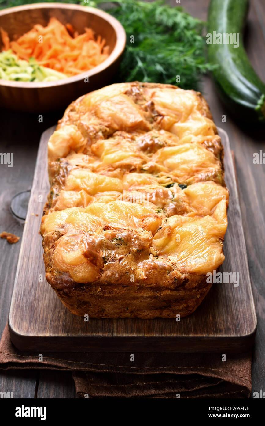 Gâteau de légumes avec les courgettes, les carottes et le fromage Photo Stock
