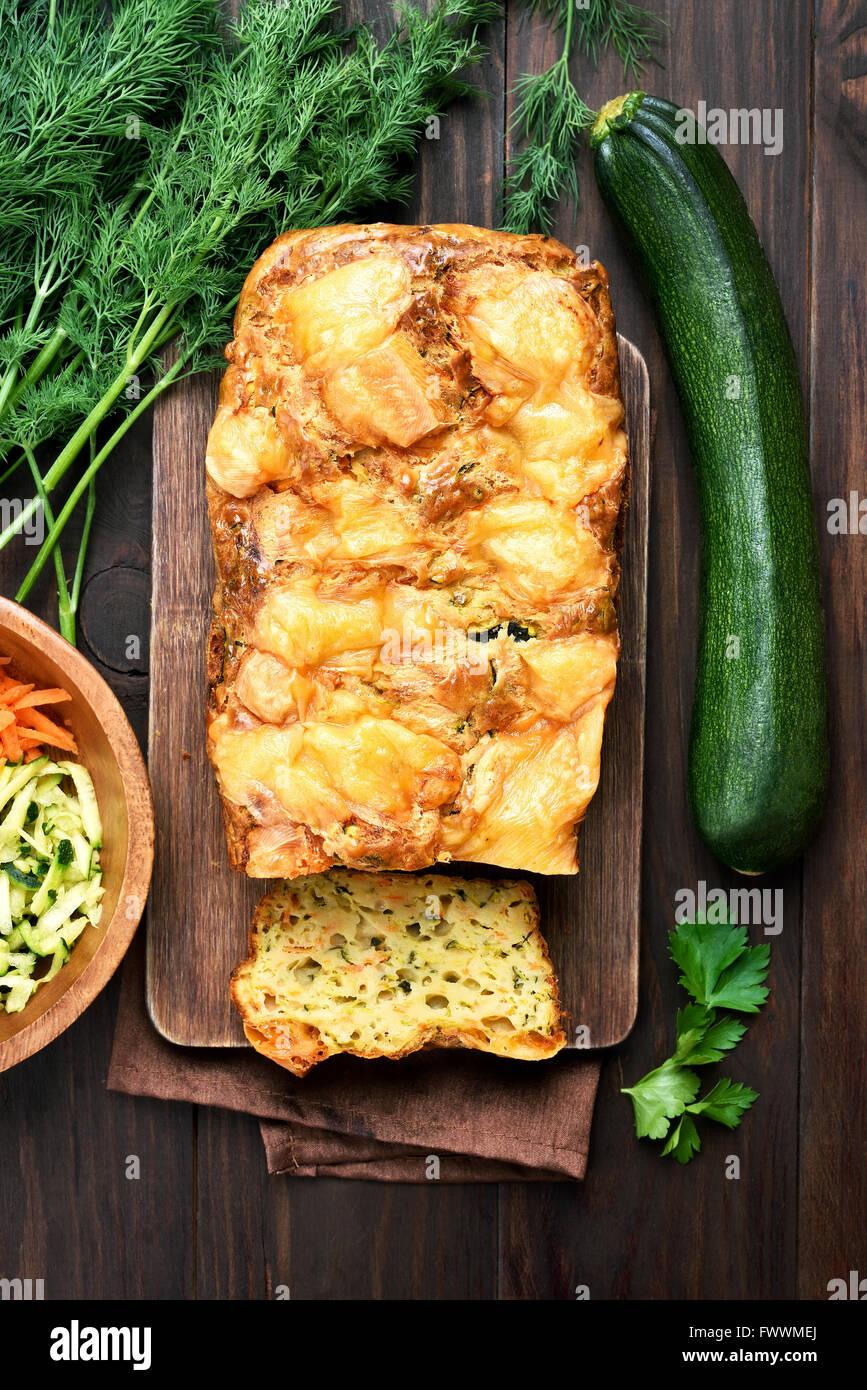 Gâteau de pain aux courgettes et légumes frais, vue du dessus Photo Stock
