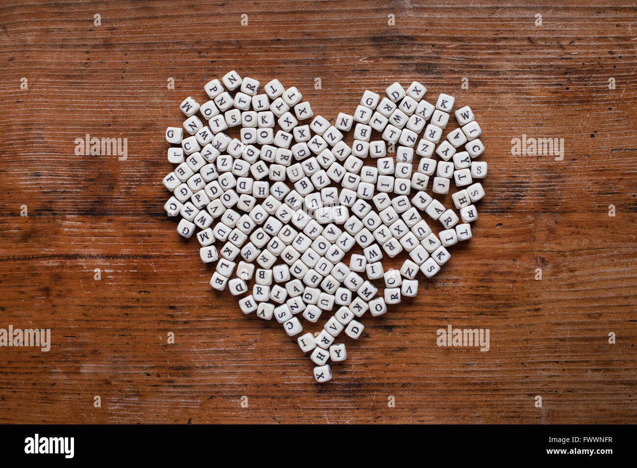 Coeur de lettres sur fond de bois, l'amour de l'apprentissage, l'éducation et l'alphabétisation Photo Stock