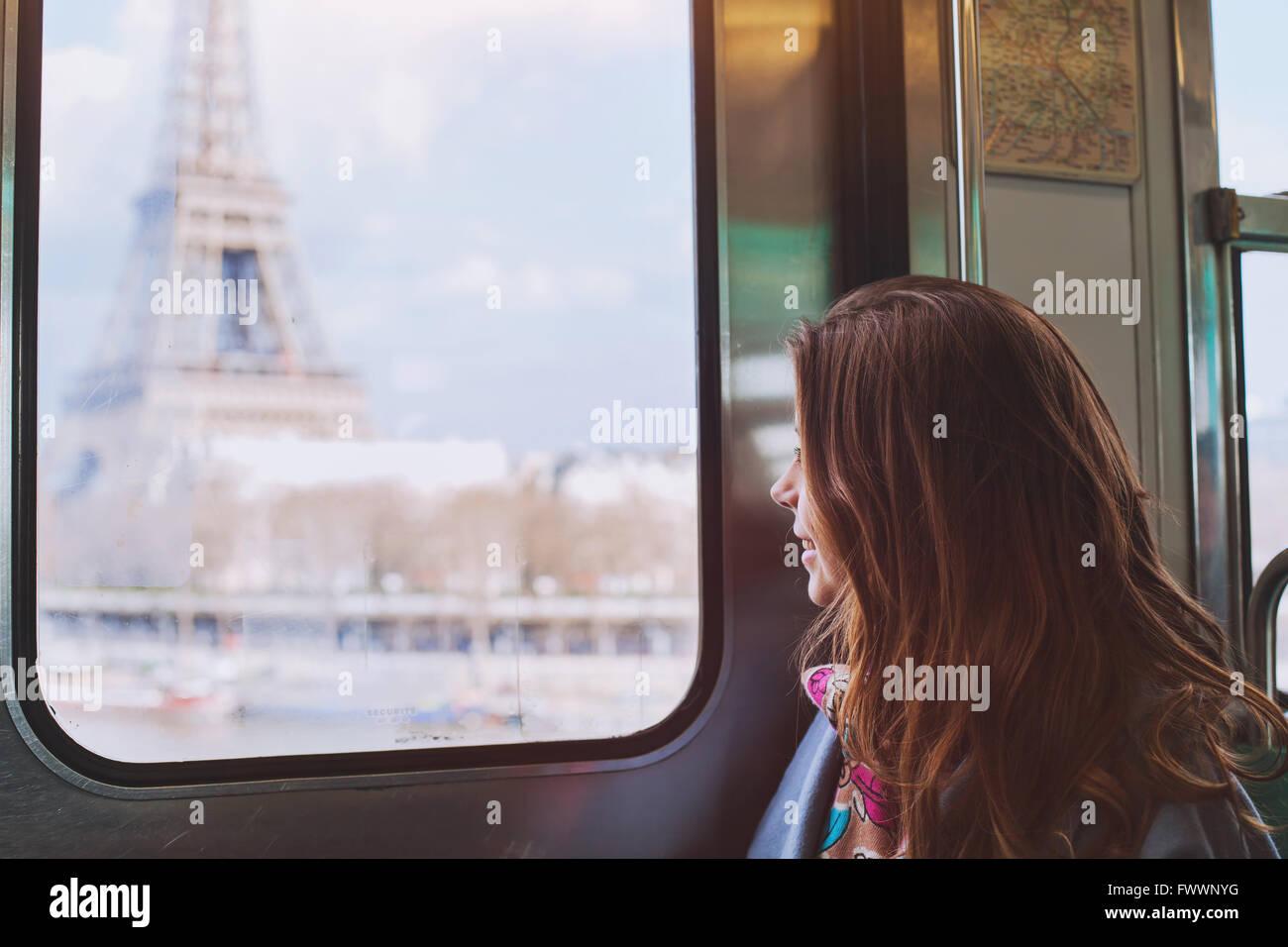 Les touristes à la recherche de la Tour Eiffel par la fenêtre du métro à Paris, smiling girl Photo Stock