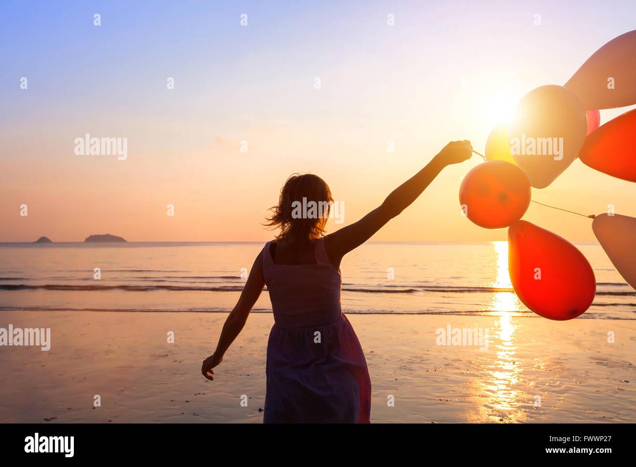 Concept de bonheur, heureuse fille aux ballons multicolores, de la joie et des émotions positives Photo Stock