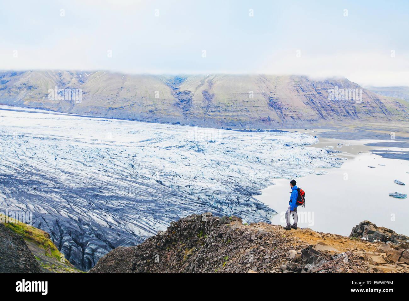 Traveler bénéficiant d'une vue panoramique sur glacier en Islande Photo Stock