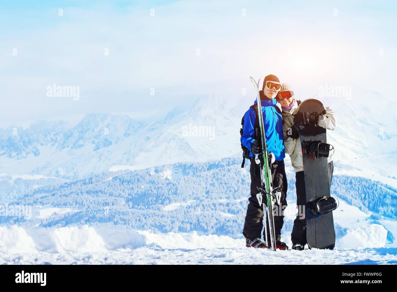 Sports d'hiver, heureux jeune famille au ski holidays Banque D'Images
