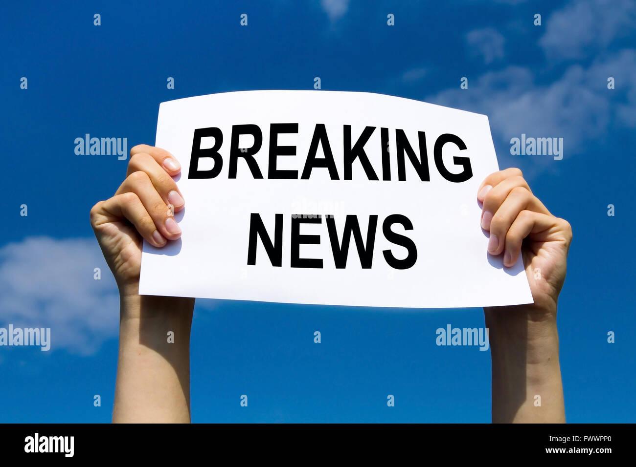 Les dernières nouvelles, les mains tenant signer avec texte Banque D'Images