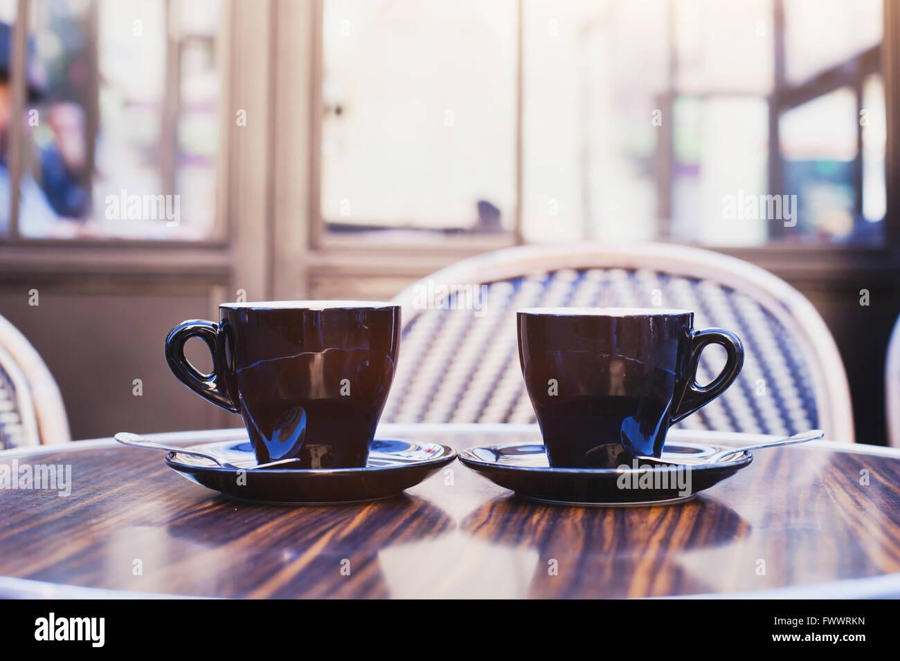 Deux tasses de café sur la table de café à Paris Photo Stock