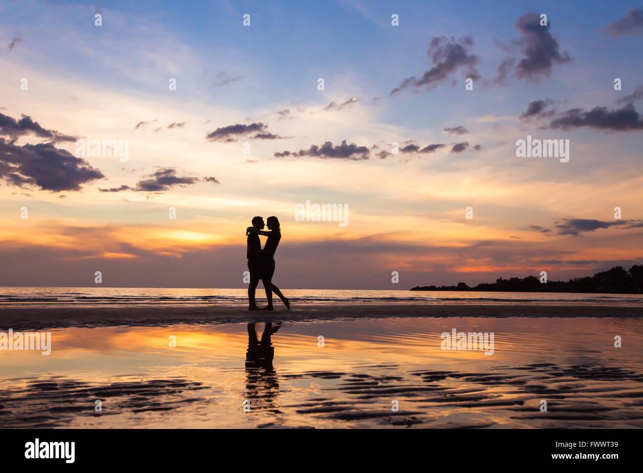 Silhouette de couple sur sunset beach, beau Fonds sur l'amour et de relations, l'homme et la femme Photo Stock
