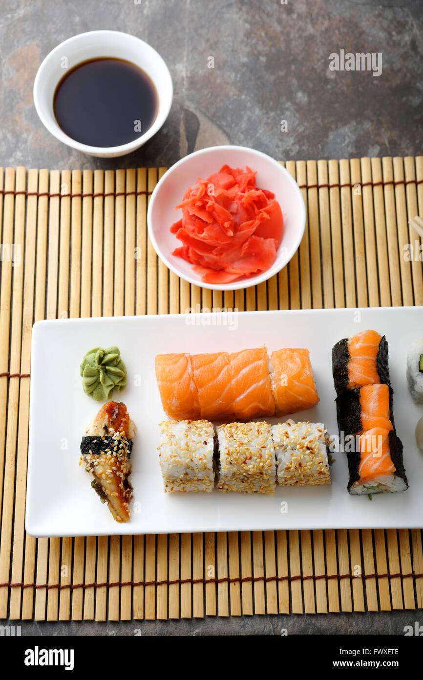 La nourriture japonaise sur plaque blanche, vue du dessus Photo Stock