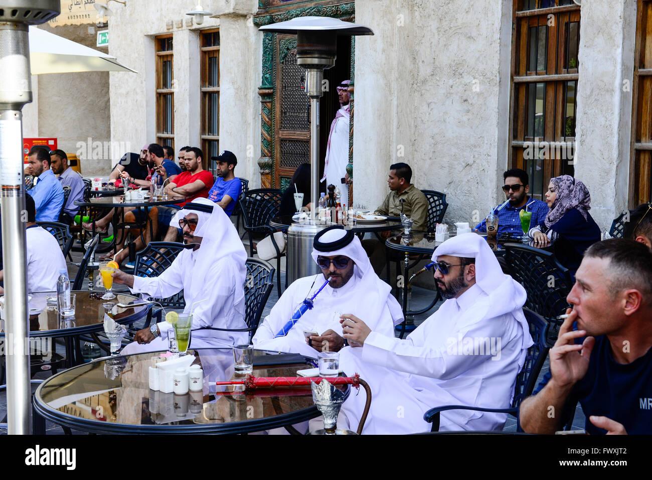 QATAR, Doha, Bazar Souq Waqif, sheikh en shisha cafe / KATAR, Doha, Souk Wakif Basar, Scheichs à Shisha Cafe Photo Stock