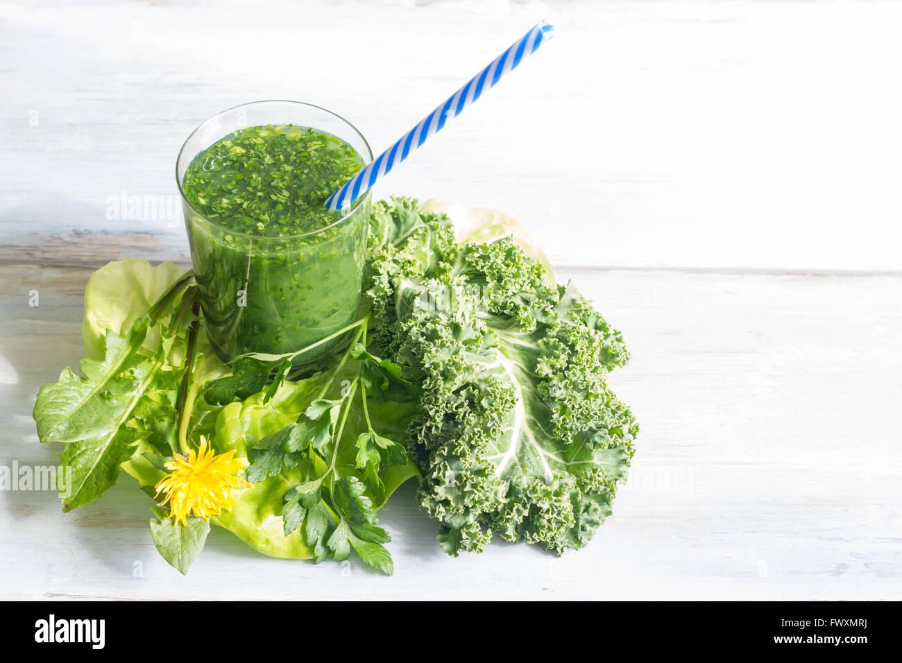 Smoothie vert avec le pissenlit healthy lifestyle concept Photo Stock